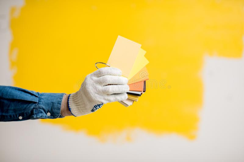 在黄色背景的颜色样片 库存图片