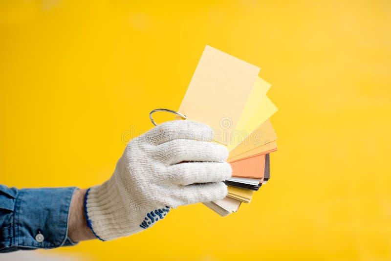在黄色背景的颜色样片 免版税库存图片
