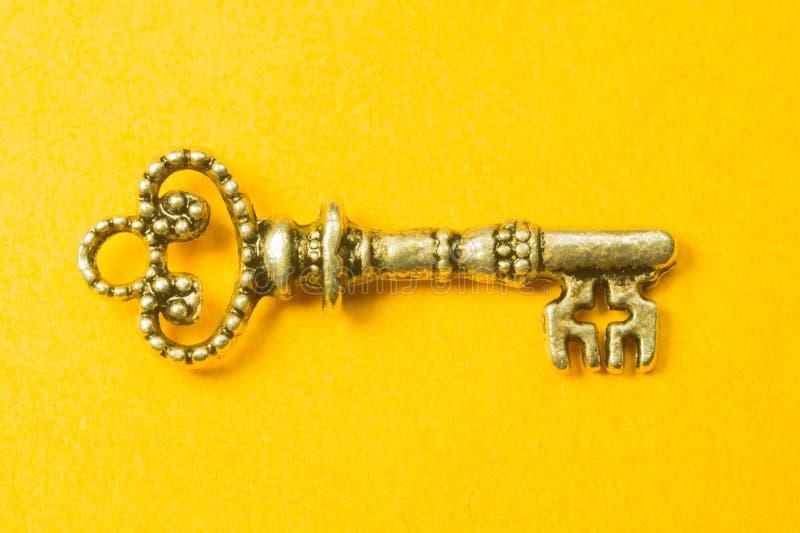 在黄色背景隔绝的葡萄酒钥匙 免版税库存图片