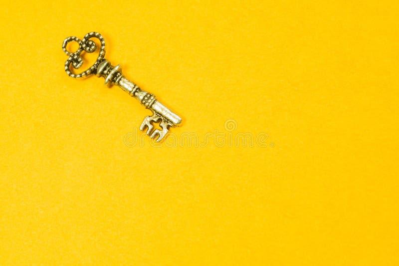 在黄色背景隔绝的葡萄酒钥匙 免版税库存照片