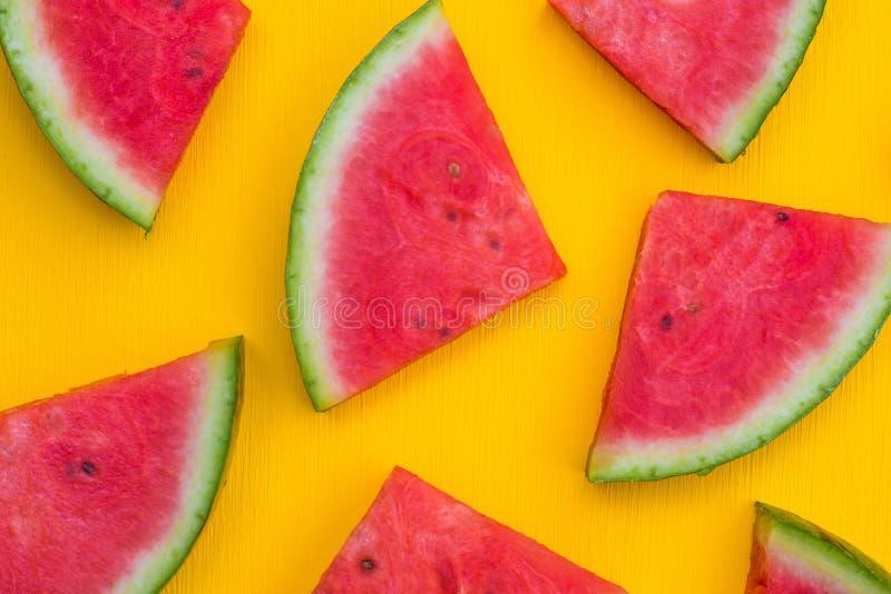 在黄色背景,夏天果子概念的西瓜切片 免版税库存图片