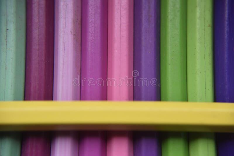 在黄色铅笔下的不同的铅笔 库存图片