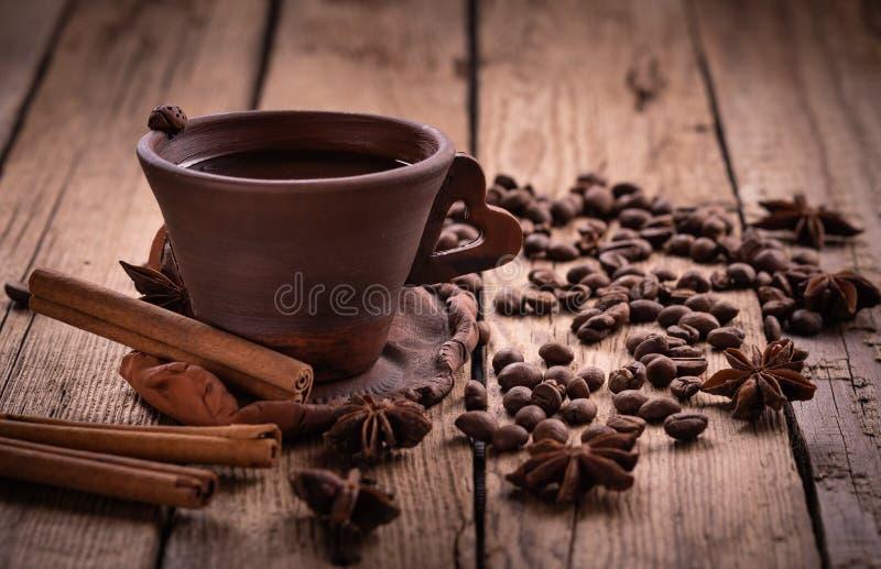 在黄麻的咖啡豆请求与磨咖啡器 库存图片