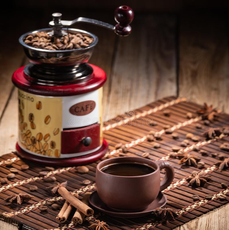 在黄麻的咖啡豆请求与磨咖啡器 免版税库存图片