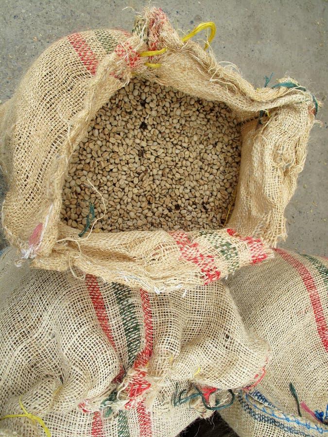 在黄麻的没烤咖啡豆袋装顶视图,哥伦比亚 库存图片