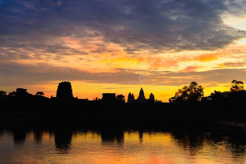 在黎明主要门面剪影反射的吴哥窟剧烈的天空在水池 举世闻名的寺庙在柬埔寨 库存图片