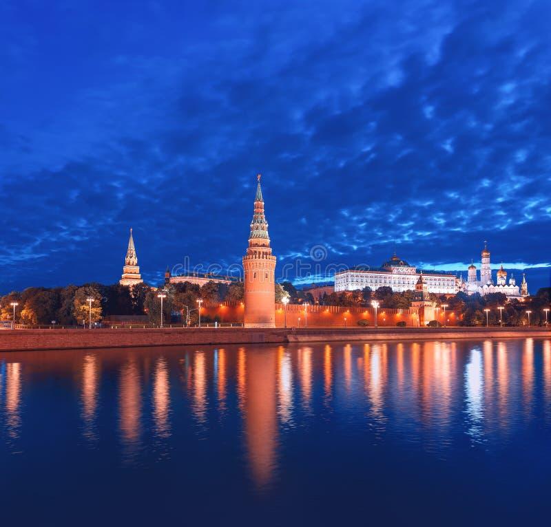 在黎明前的克里姆林宫 克里姆林宫的夜照明和Vodovzvodnaya塔的反射在莫斯科劈裂 免版税图库摄影