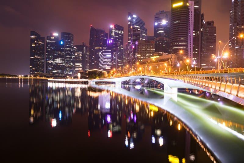 在黎明周年纪念桥梁反射前的新加坡 库存照片