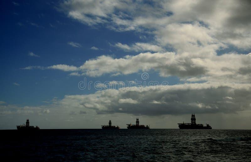 在黎明期间的石油平台 库存照片