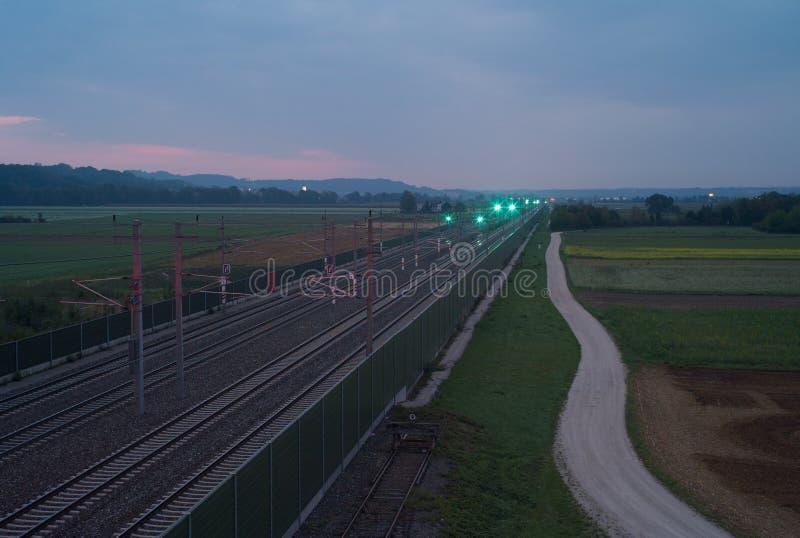 在黎明的铁轨 库存图片
