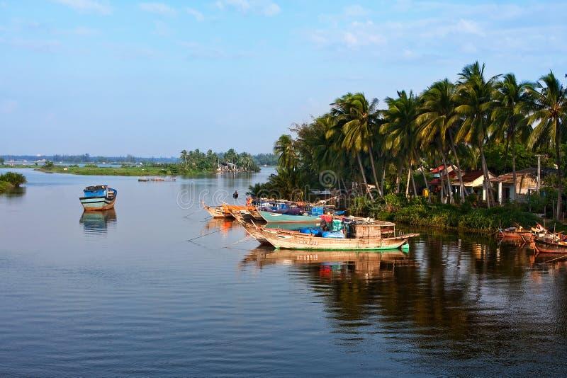 在黎明背景的一个渔船  Hoian 越南 免版税库存图片