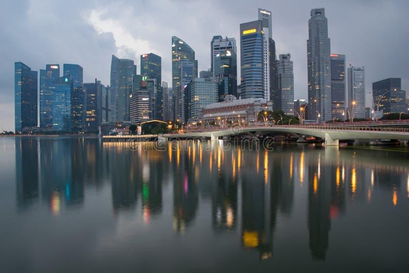 在黎明街市反射前的新加坡 库存图片
