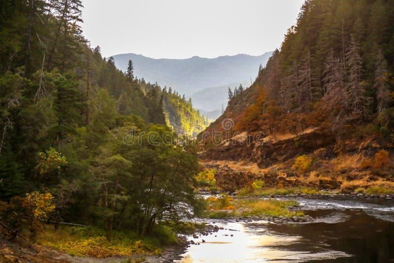 在黏土小山附近的胭脂河在南俄勒冈 免版税库存照片