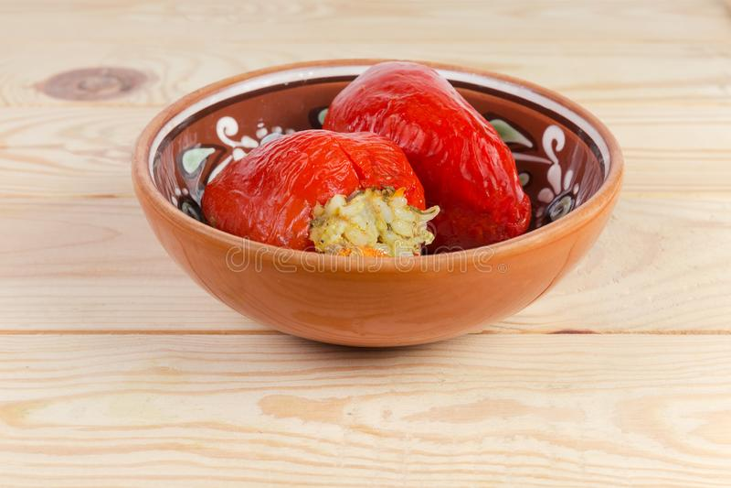 在黏土的煮熟的被充塞的红色甜椒滚保龄球 库存照片