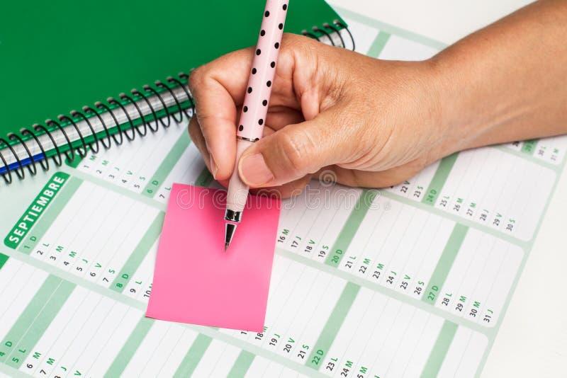 在黏着性笔记的妇女文字 免版税库存图片