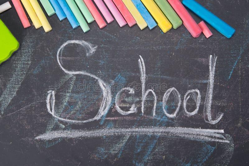 在黑人委员会的背景,词学校由色的蜡笔写,围拢 免版税库存图片