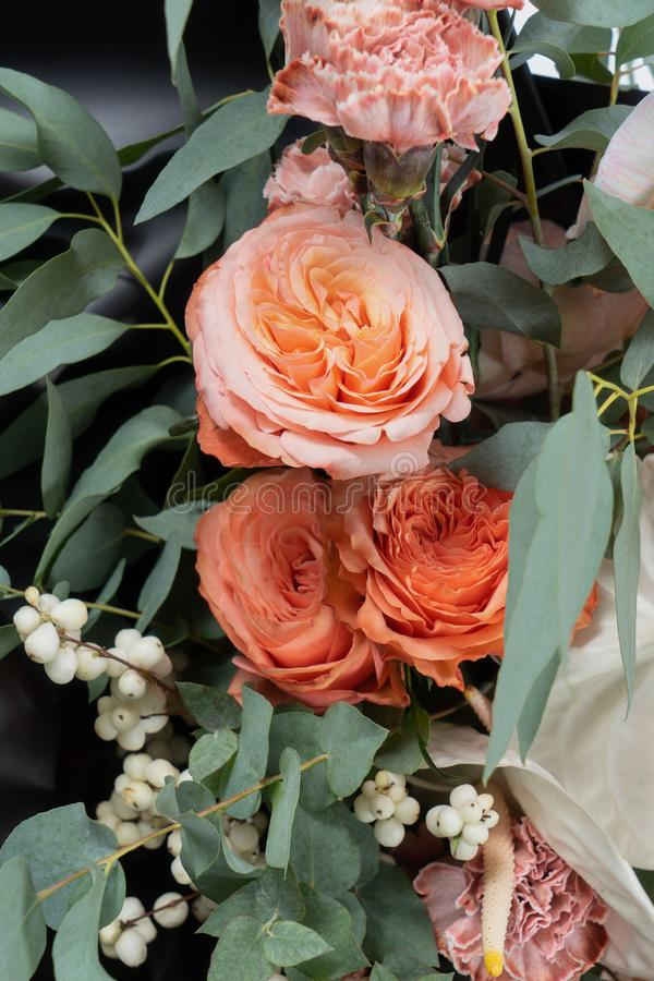 在黑伙伴纸的花束 安祖花、玫瑰和桃红色康乃馨与叶子 特写镜头非常eyedroppers高分辨率视图 免版税库存照片