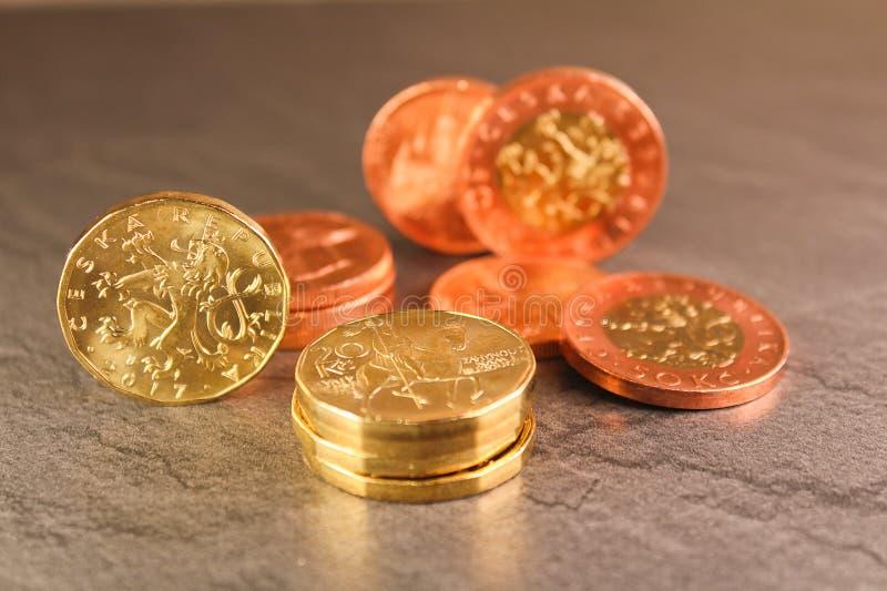 在黑大理石backgrou的十枚,二十枚和五十枚捷克冠硬币 库存图片