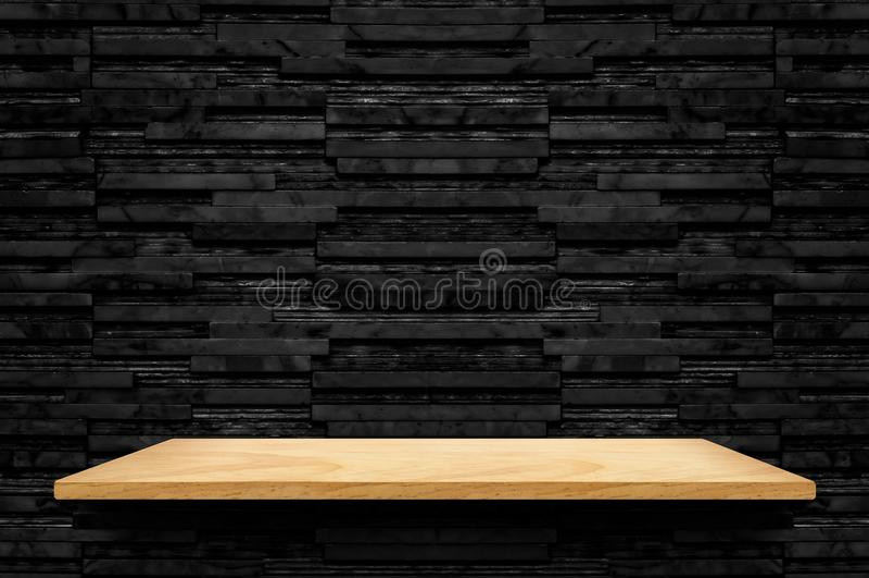 在黑层数大理石瓦片墙壁背景,嘲笑的空的木架子 免版税库存照片