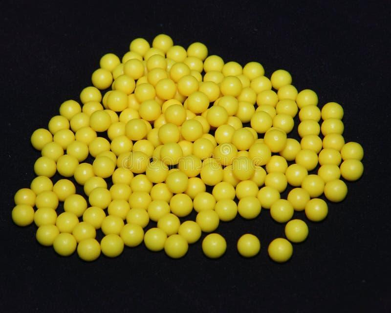 在黑形式的抗坏血酸药片,黄色圆的片剂,维生素C 库存图片