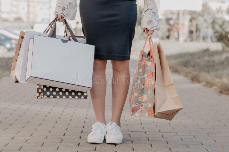 在黑星期五销售的妇女购买 免版税库存照片