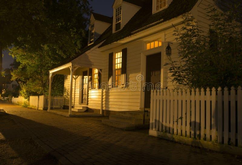 在黑暗以后的威廉斯堡家 图库摄影