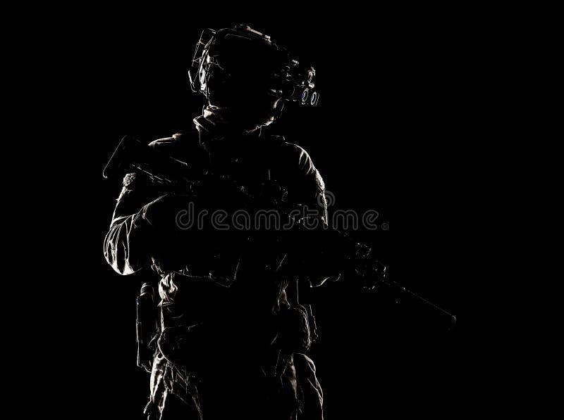 在黑暗演播室射击的特种部队战斗机 免版税库存图片