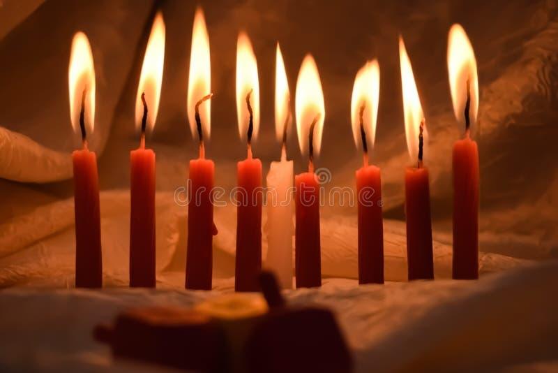 在黑暗点燃的光明节蜡烛 免版税库存照片