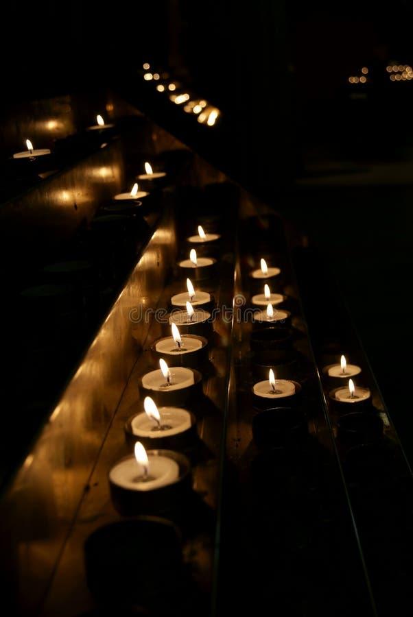 在黑暗的不同的蜡烛 免版税库存照片