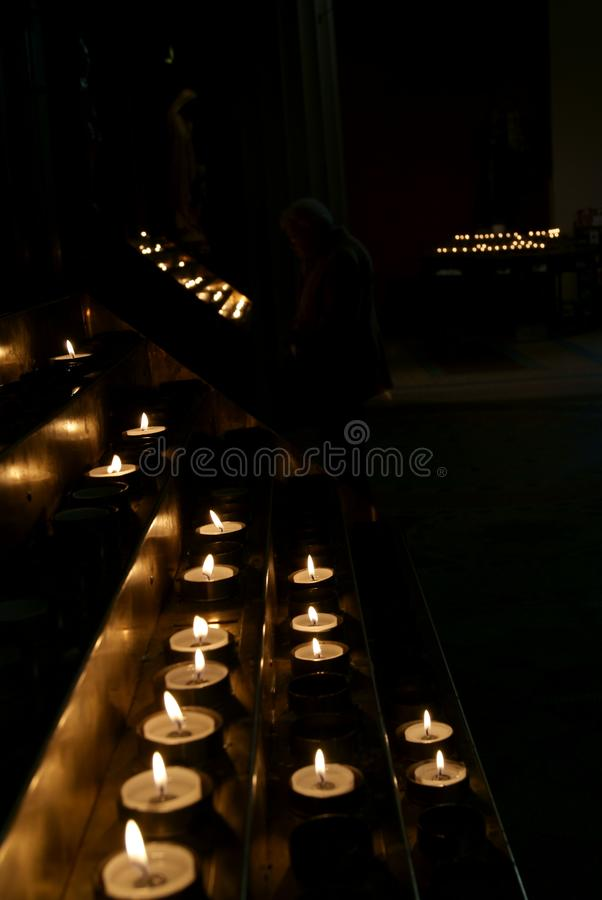 在黑暗的不尽的蜡烛 免版税图库摄影