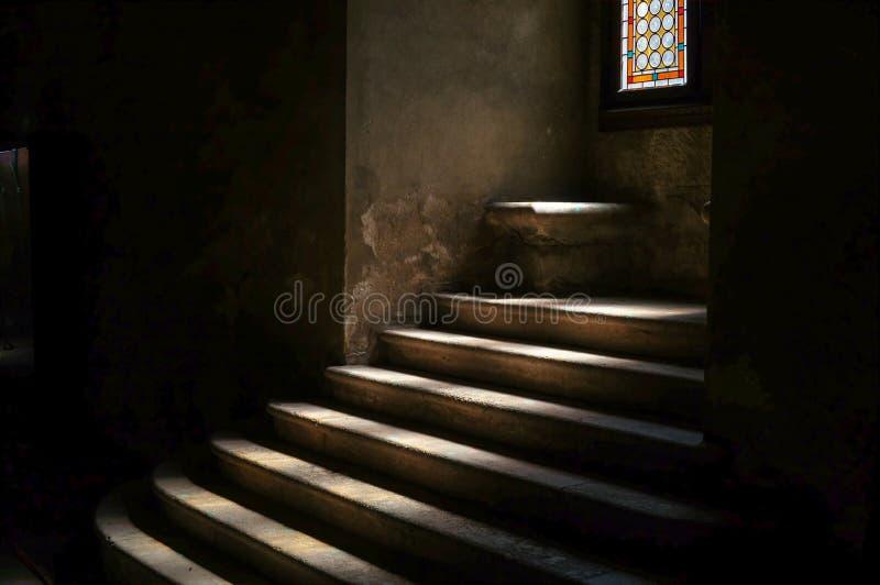 在黑暗的中世纪城堡土牢的石楼梯 免版税库存照片