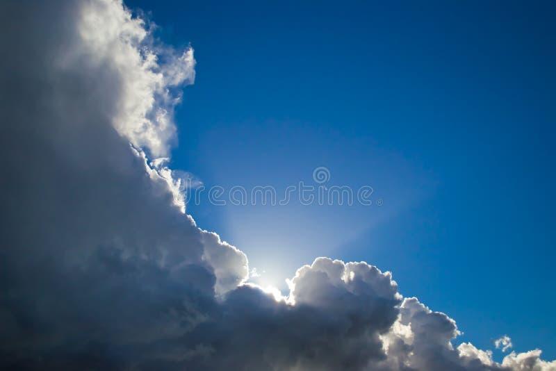 在黑暗的云彩之后的蓝天 免版税图库摄影