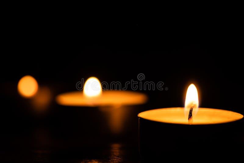 在黑暗的低调背景的蜡烛 库存图片