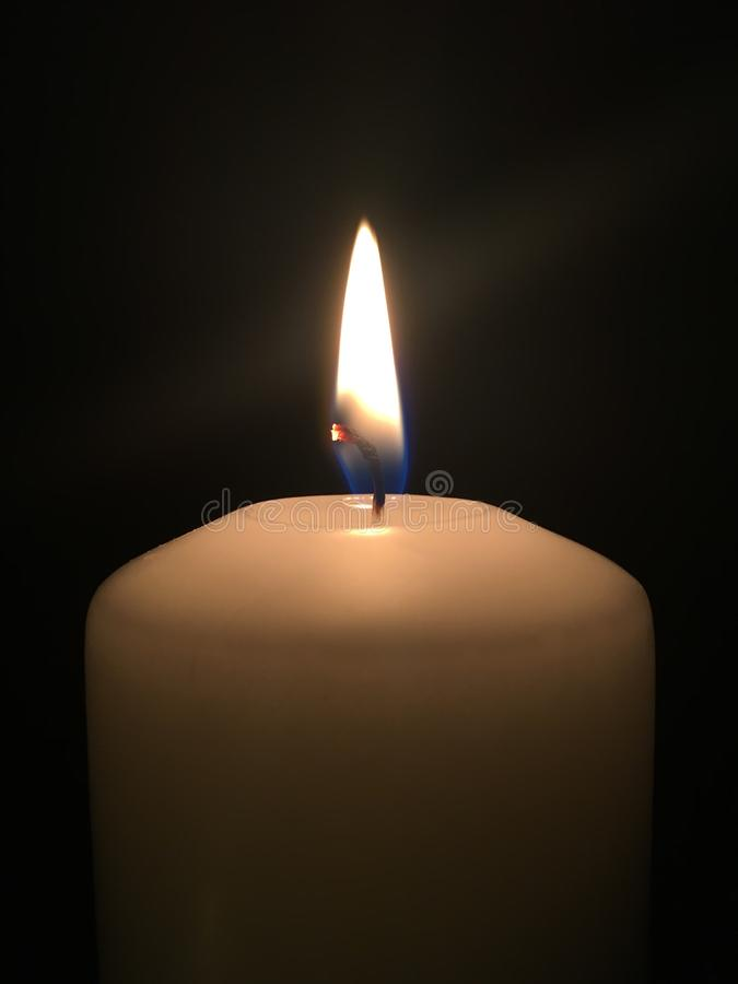 在黑暗的偏僻的蜡烛 库存图片
