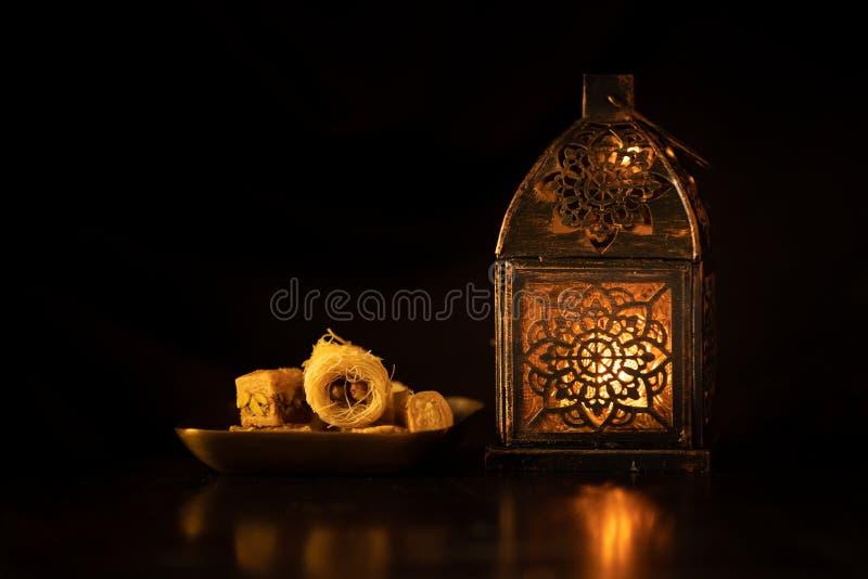 在黑暗的光的传统装饰阿拉伯蜡烛 库存照片