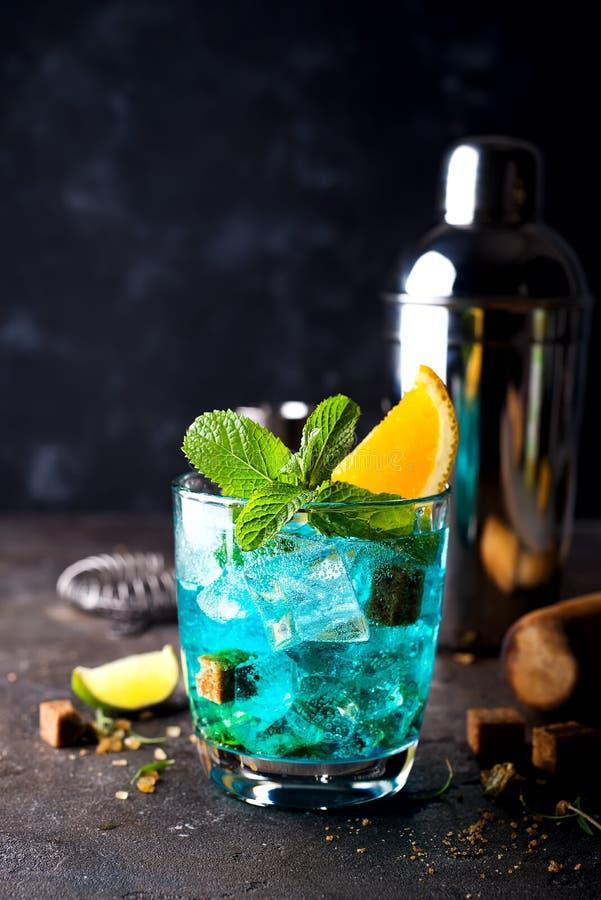 在黑暗的具体背景的蓝色夏威夷盐水湖鸡尾酒 免版税库存图片