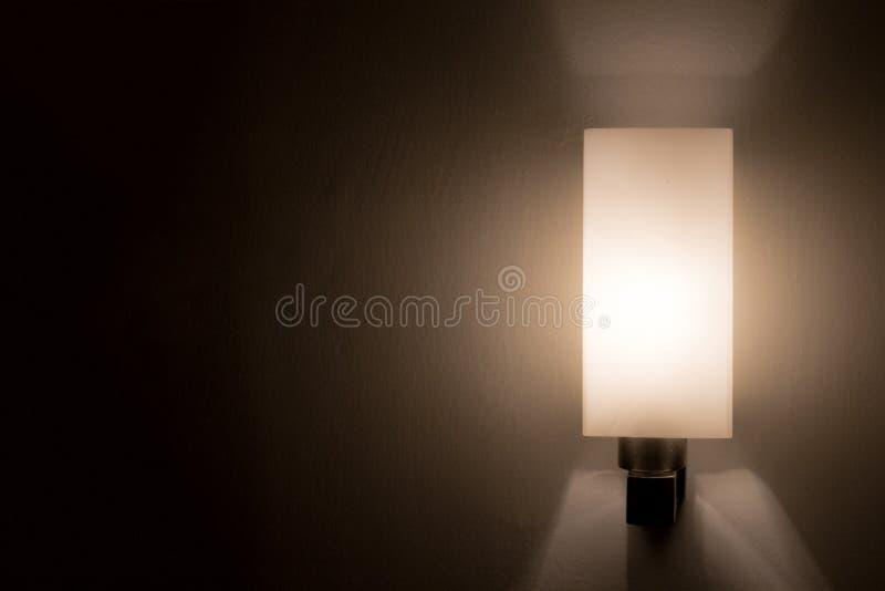在黑暗的口气的壁灯 免版税库存图片