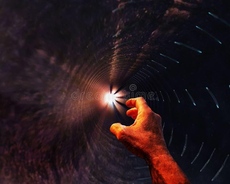 在黑暗的坑的人` s手舒展往光 绝望的概念,一个要求帮助,希望,消沉 库存图片