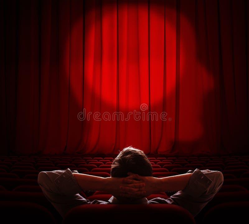在黑暗的大厅里供以人员单独坐和看在他的脑子帷幕 库存例证
