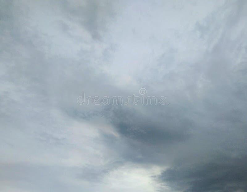 在黑暗的天空的云彩雨 库存照片