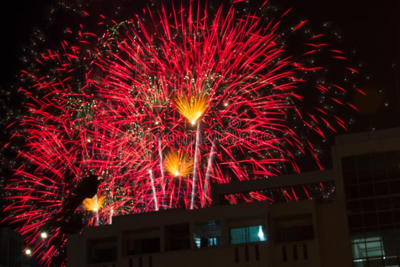 在黑暗的天空的五颜六色的烟花,被显示在一次庆祝时在乌隆他尼,泰国 免版税库存照片