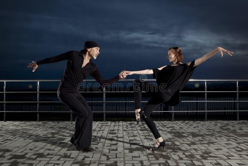 在黑暗的日落的资深夫妇交谊舞 库存图片