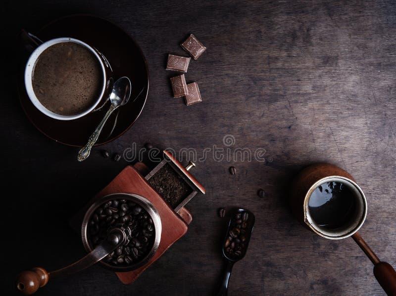 在黑暗的木背景的咖啡杯 图库摄影