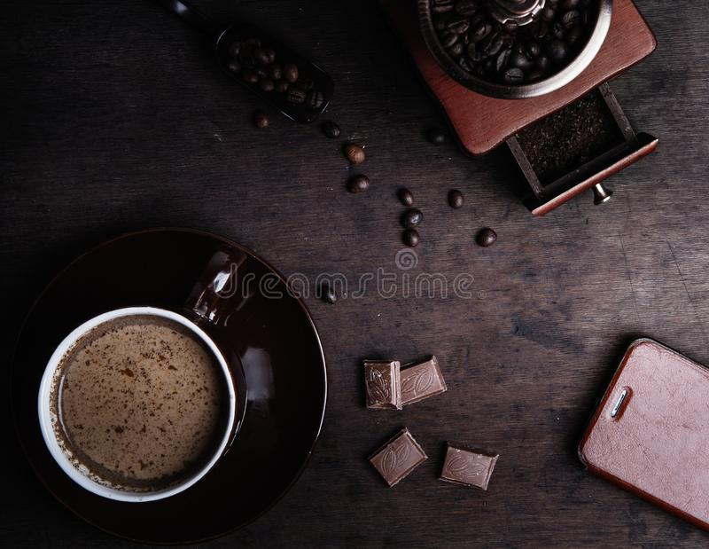 在黑暗的木背景的咖啡杯 库存照片
