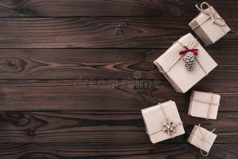 在黑暗的木背景的礼物盒 顶视图 Xmas惊奇,文本的空间 免版税库存照片