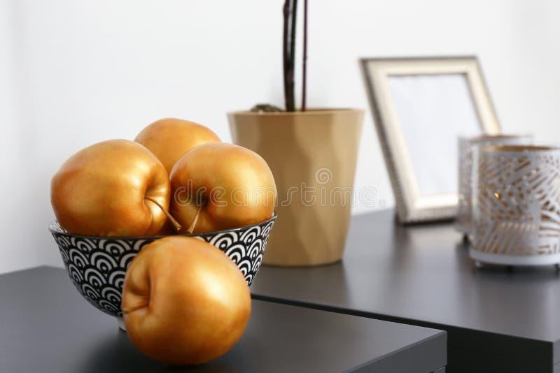 在黑暗的桌上的金黄苹果在屋子里 免版税库存图片