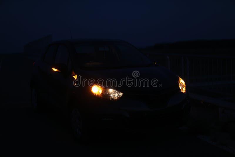 在黑暗的汽车光 免版税库存照片