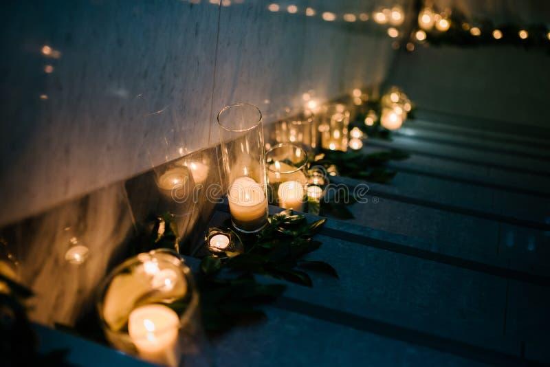 在黑暗的燃烧的蜡蜡烛在教会里 免版税库存照片