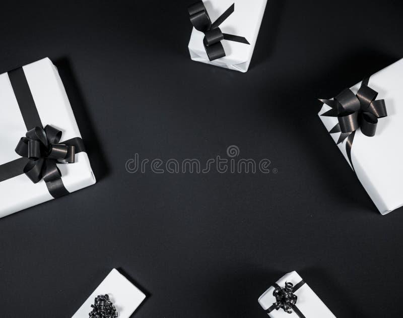 在黑暗的白色礼物盒对比了背景,装饰用a 免版税库存图片