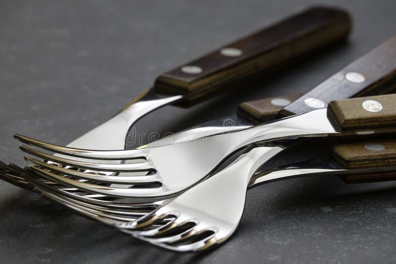 在黑暗的石厨台的叉子 免版税库存图片